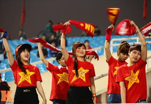 Fan nữ xinh đẹp đội mưa cổ vũ U23 Việt Nam - 9