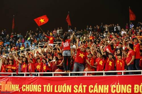Fan nữ xinh đẹp đội mưa cổ vũ U23 Việt Nam - 1