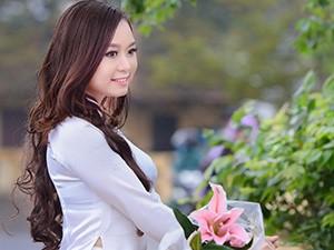 Á khôi ĐH Nội vụ khoe sắc bên cầu Long Biên
