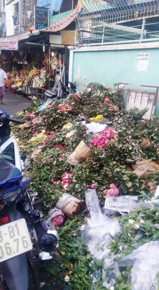 """Sau 8.3, hàng tấn hoa hồng thành """"núi"""" rác - 2"""
