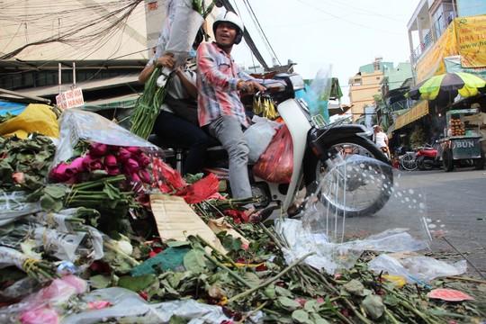 """Sau 8.3, hàng tấn hoa hồng thành """"núi"""" rác - 5"""
