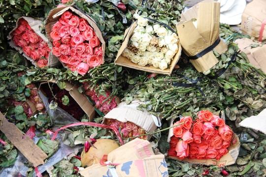 """Sau 8.3, hàng tấn hoa hồng thành """"núi"""" rác - 4"""