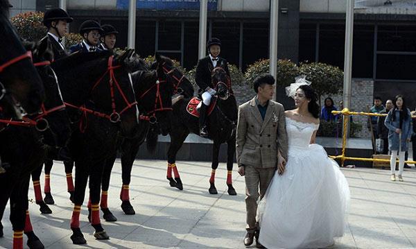 Màn rước dâu bằng đàn ngựa gây náo loạn phố phường - 1