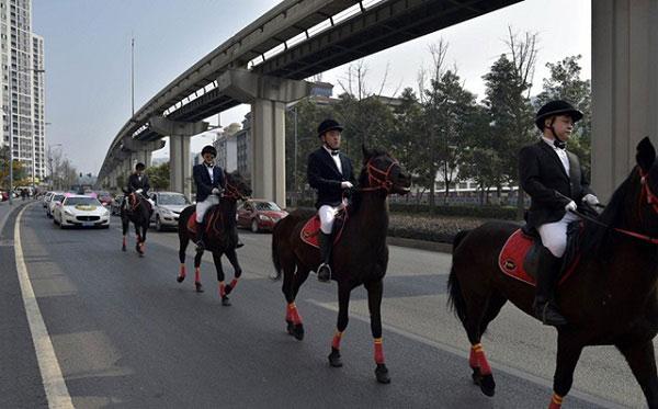 Màn rước dâu bằng đàn ngựa gây náo loạn phố phường - 4