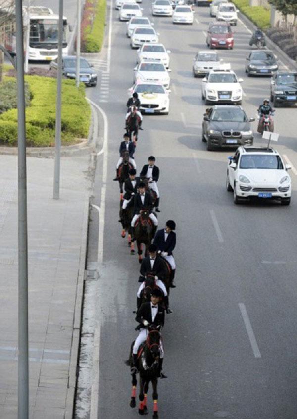 Màn rước dâu bằng đàn ngựa gây náo loạn phố phường - 8
