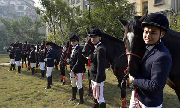 Màn rước dâu bằng đàn ngựa gây náo loạn phố phường - 5