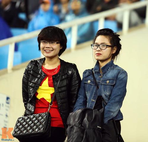 Fan nữ xinh đẹp đội mưa cổ vũ U23 Việt Nam - 13