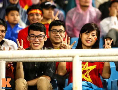 Fan nữ xinh đẹp đội mưa cổ vũ U23 Việt Nam - 14