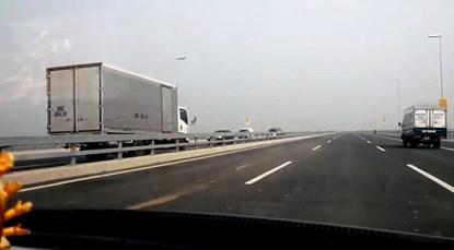 Vì sao tài xế phóng xe tải ngược chiều trên cầu Nhật Tân? - 1