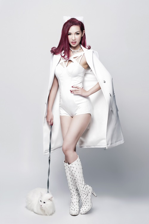 Quỳnh Chi hóa mèo trắng sexy, tái xuất showbiz - 1