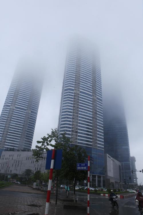 """Hà Nội: Nhiều nhà cao tầng bị sương mù """"nuốt chửng"""" - 2"""