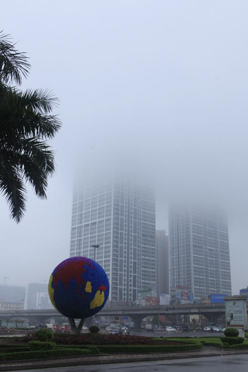 """Hà Nội: Nhiều nhà cao tầng bị sương mù """"nuốt chửng"""" - 8"""