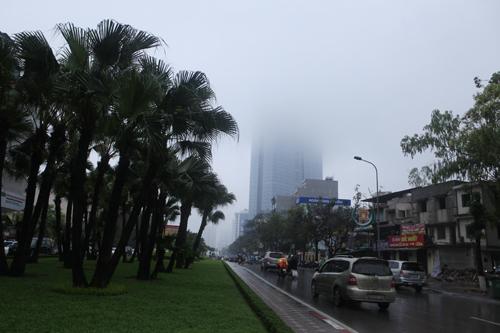 """Hà Nội: Nhiều nhà cao tầng bị sương mù """"nuốt chửng"""" - 5"""