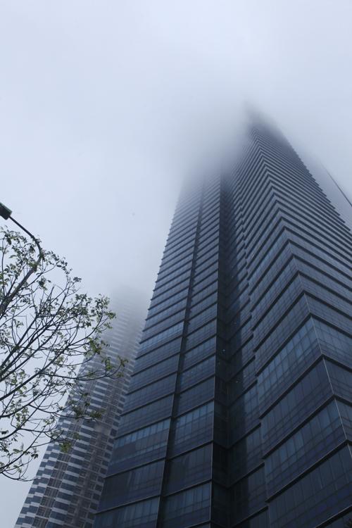 """Hà Nội: Nhiều nhà cao tầng bị sương mù """"nuốt chửng"""" - 3"""