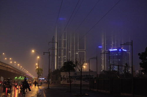 """Hà Nội: Nhiều nhà cao tầng bị sương mù """"nuốt chửng"""" - 12"""