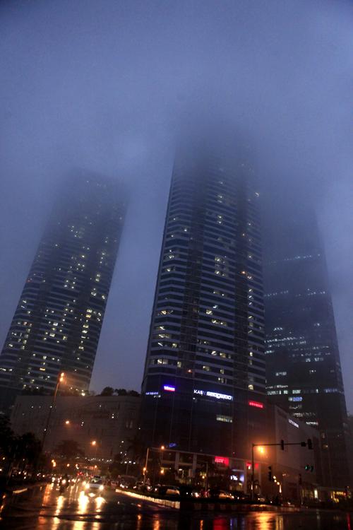 """Hà Nội: Nhiều nhà cao tầng bị sương mù """"nuốt chửng"""" - 10"""