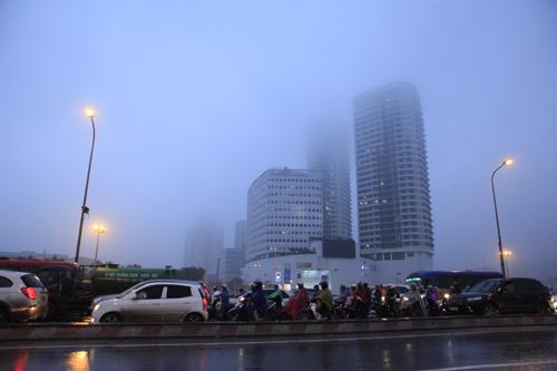 """Hà Nội: Nhiều nhà cao tầng bị sương mù """"nuốt chửng"""" - 11"""