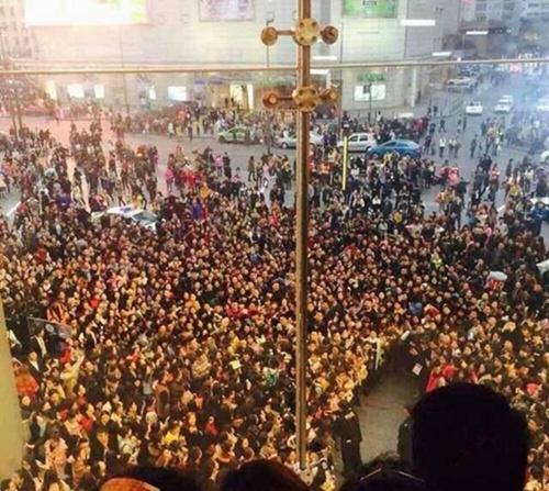 Hàng nghìn fan giẫm đạp lên nhau vì Phạm Băng Băng - 1