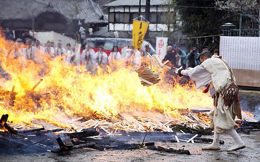 Nhật: Chân trần đi bộ trên lửa, than hồng để cầu may - 2