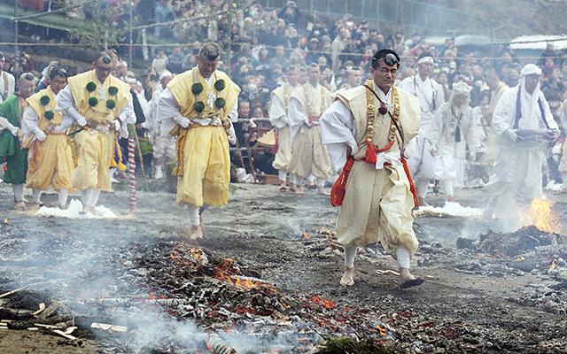 Nhật: Chân trần đi bộ trên lửa, than hồng để cầu may - 1