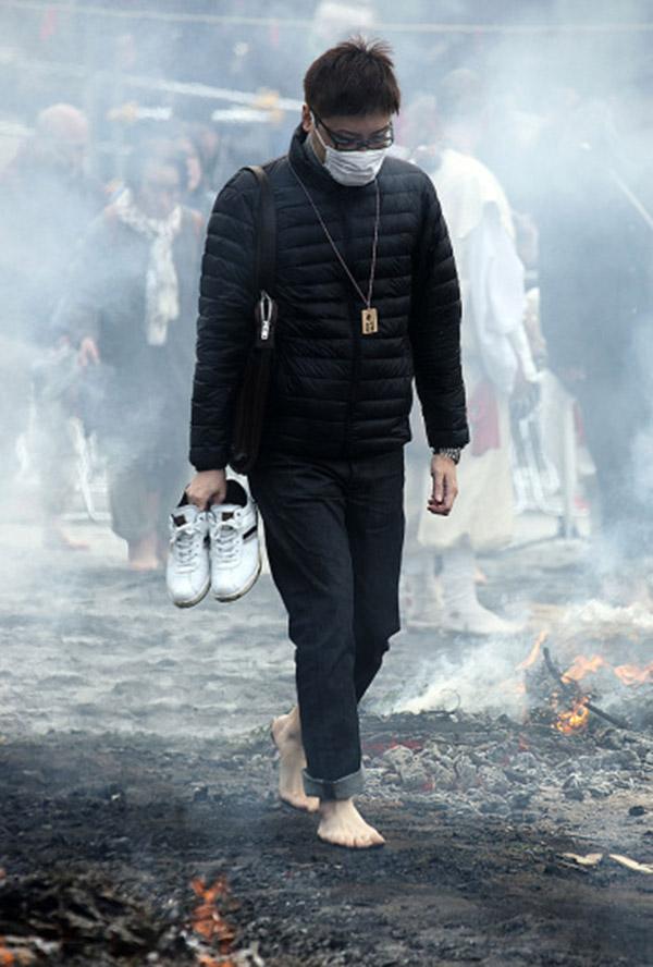 Nhật: Chân trần đi bộ trên lửa, than hồng để cầu may - 4