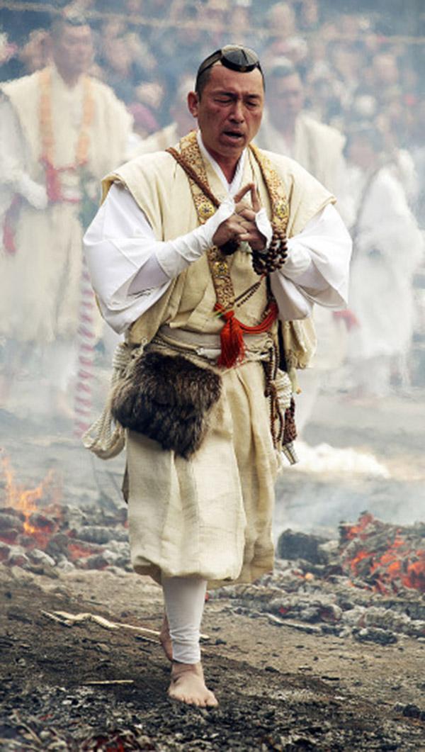Nhật: Chân trần đi bộ trên lửa, than hồng để cầu may - 7