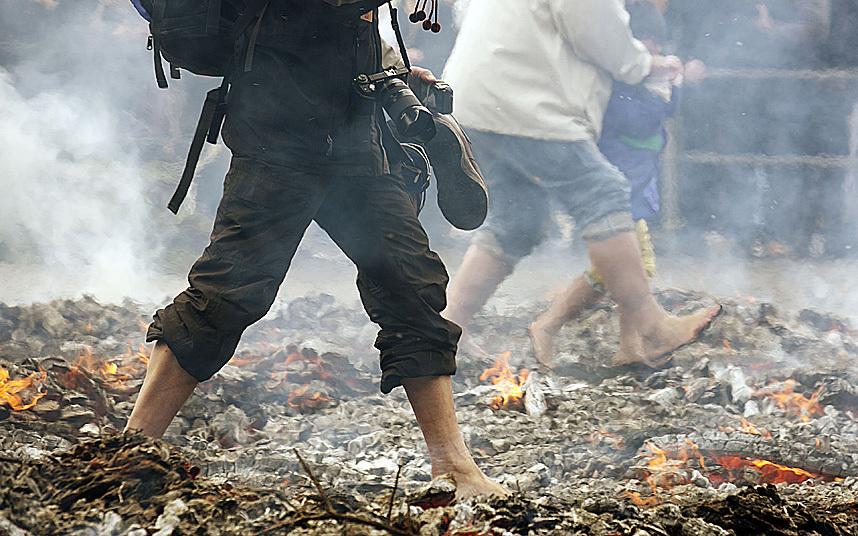 Nhật: Chân trần đi bộ trên lửa, than hồng để cầu may - 6