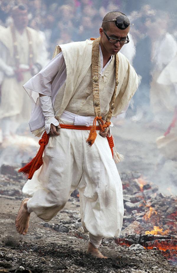 Nhật: Chân trần đi bộ trên lửa, than hồng để cầu may - 3