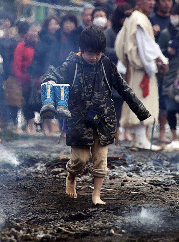 Nhật: Chân trần đi bộ trên lửa, than hồng để cầu may - 5
