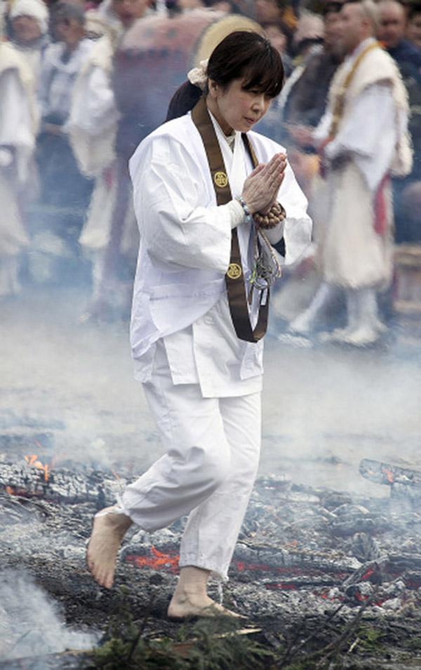 Nhật: Chân trần đi bộ trên lửa, than hồng để cầu may - 8