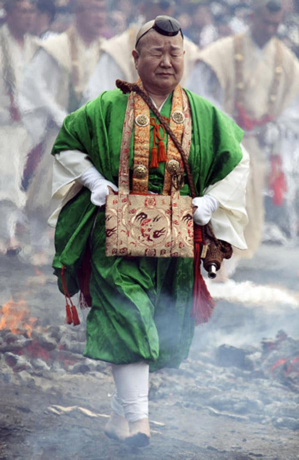 Nhật: Chân trần đi bộ trên lửa, than hồng để cầu may - 9