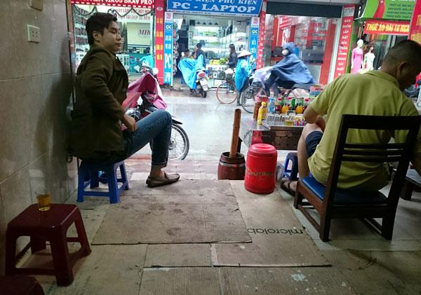 Dân Thủ đô khổ sở vì mưa phùn, nồm ẩm - 14