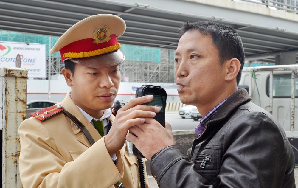"""HN: Tước giấy phép lái xe của hơn 700  """"ma men"""" dịp Tết - 1"""