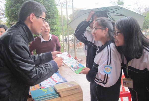 """""""Ăn mày sách"""" Nguyễn Quang Thạch: Chân còn đứng được thì còn đi - 1"""