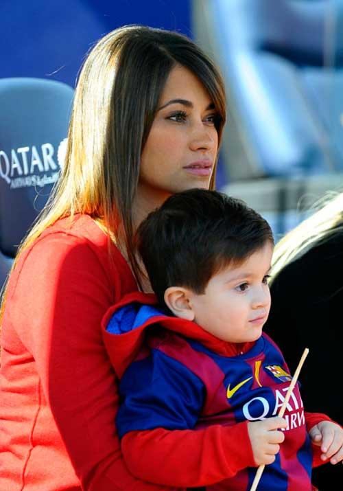 Con trai Messi khóc ròng vì bị cha ép chụp ảnh - 2