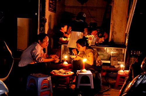 Hà Nội: Nhiều nơi mất điện do thời tiết xấu - 1
