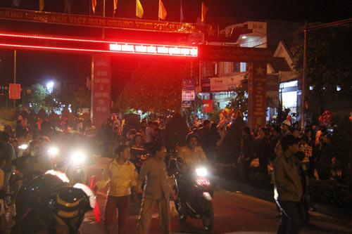 """Quảng Ngãi: Dân đổ xô lên """"phố núi"""" xem bắn pháo hoa - 2"""