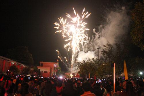 """Quảng Ngãi: Dân đổ xô lên """"phố núi"""" xem bắn pháo hoa - 4"""