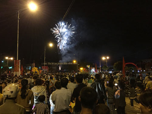 """Quảng Ngãi: Dân đổ xô lên """"phố núi"""" xem bắn pháo hoa - 5"""