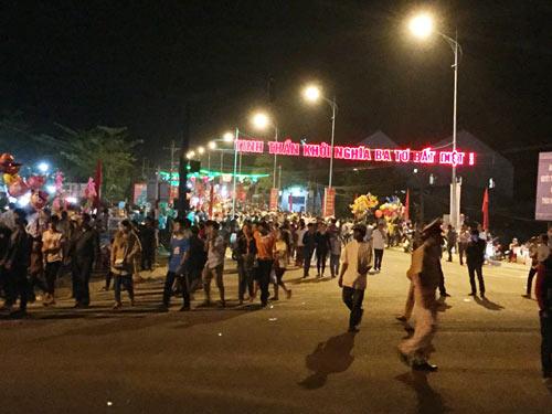 """Quảng Ngãi: Dân đổ xô lên """"phố núi"""" xem bắn pháo hoa - 1"""