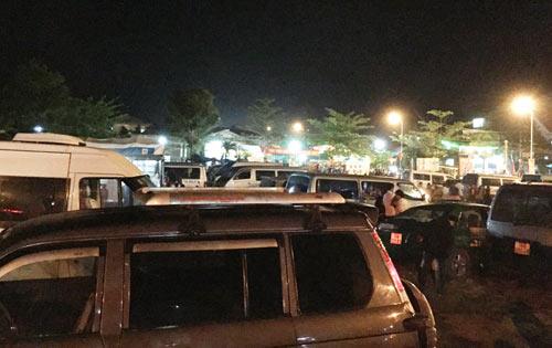"""Quảng Ngãi: Dân đổ xô lên """"phố núi"""" xem bắn pháo hoa - 6"""