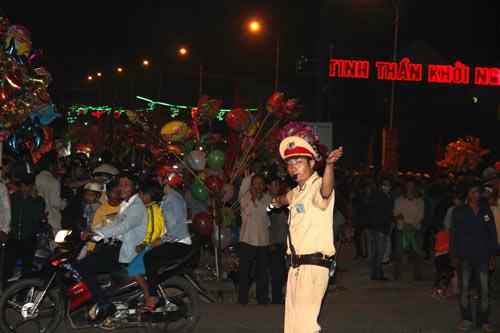 """Quảng Ngãi: Dân đổ xô lên """"phố núi"""" xem bắn pháo hoa - 7"""
