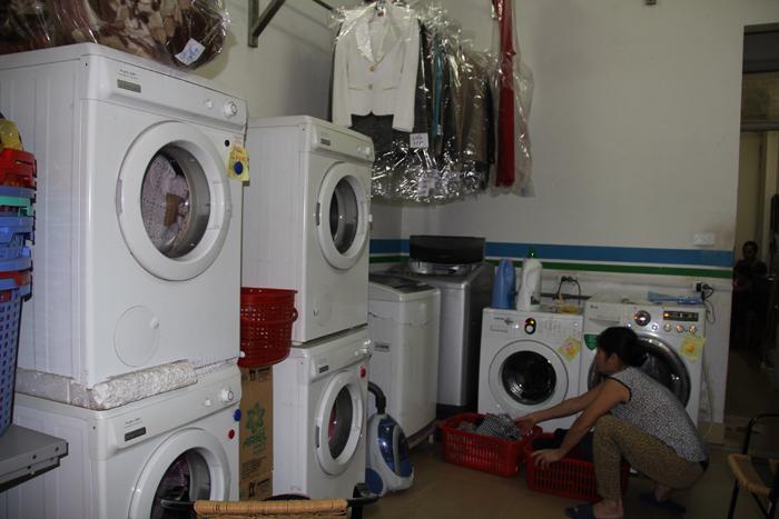 Mưa phùn kéo dài, dịch vụ giặt là làm hết công suất - 1