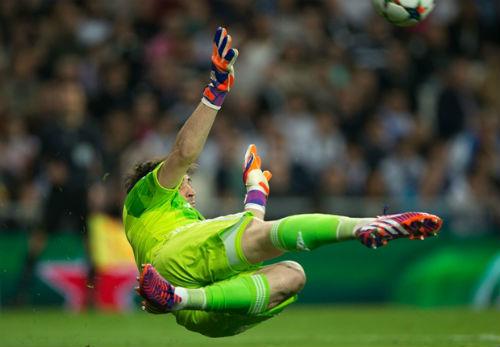 """Iker Casillas: Từ """"Thánh"""" hóa tầm thường - 1"""