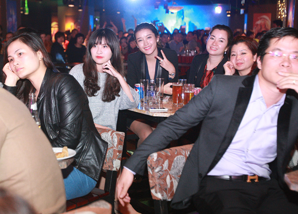 Mr Đàm bị fan nữ vây kín trong show diễn ở Thủ đô - 2