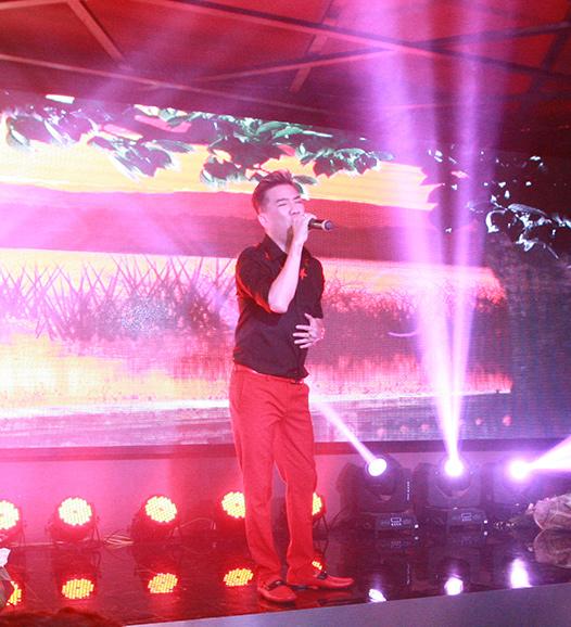 Mr Đàm bị fan nữ vây kín trong show diễn ở Thủ đô - 5