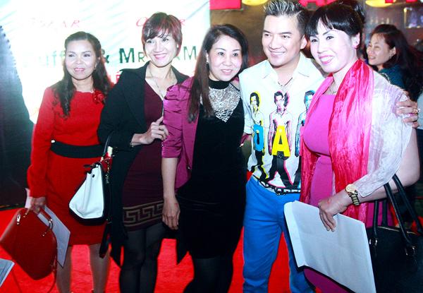 Mr Đàm bị fan nữ vây kín trong show diễn ở Thủ đô - 4