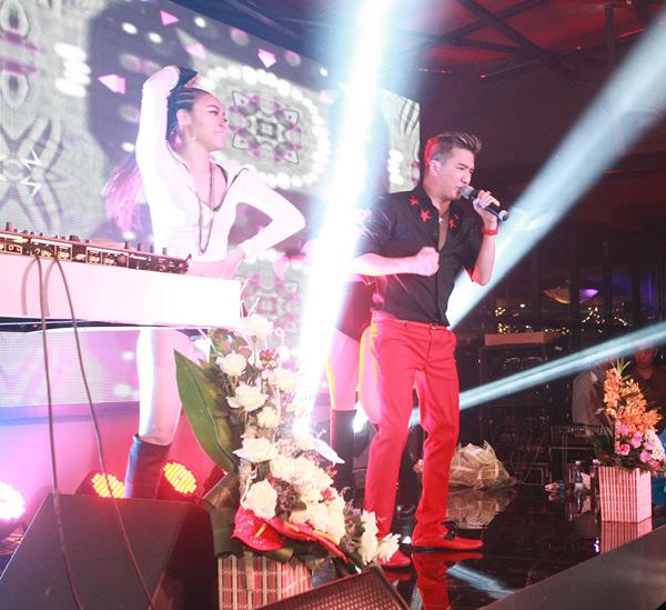 Mr Đàm bị fan nữ vây kín trong show diễn ở Thủ đô - 10