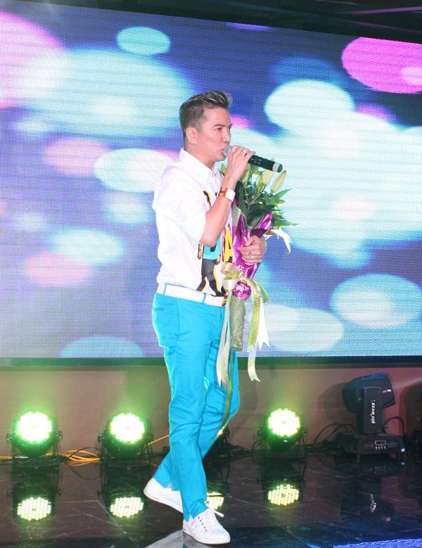 Mr Đàm bị fan nữ vây kín trong show diễn ở Thủ đô - 7