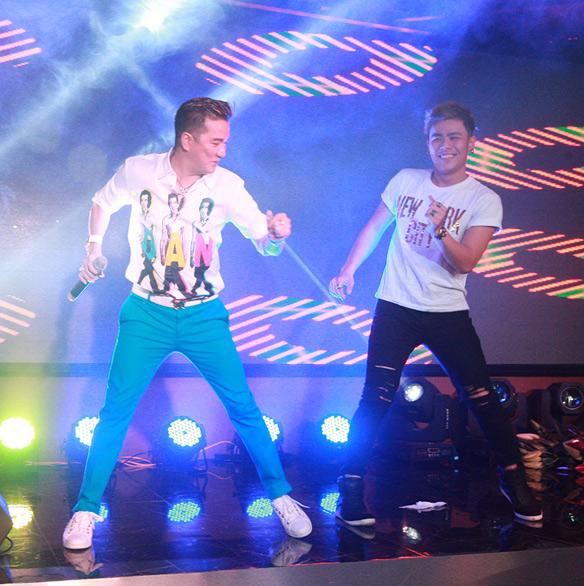 Mr Đàm bị fan nữ vây kín trong show diễn ở Thủ đô - 8